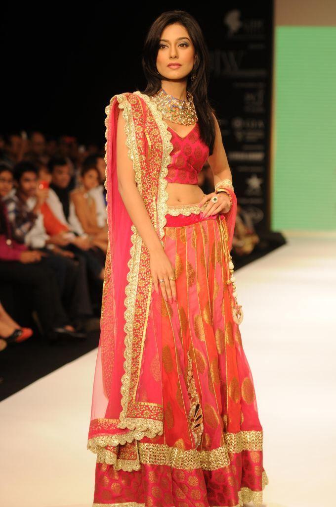 01-amrita-rao-wearing-jashn-lehenga-at-iijw-2012.