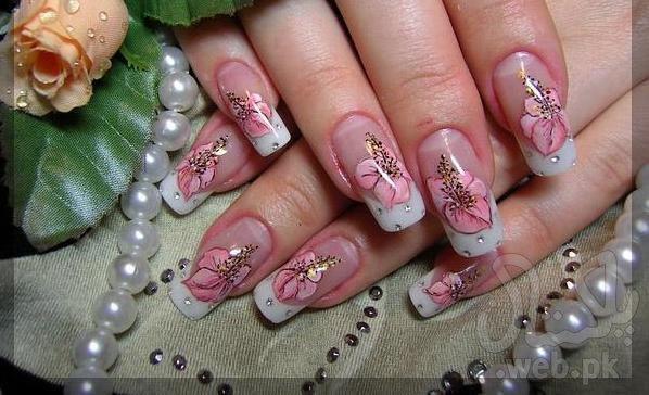 Белый френч с цветами на ногтях