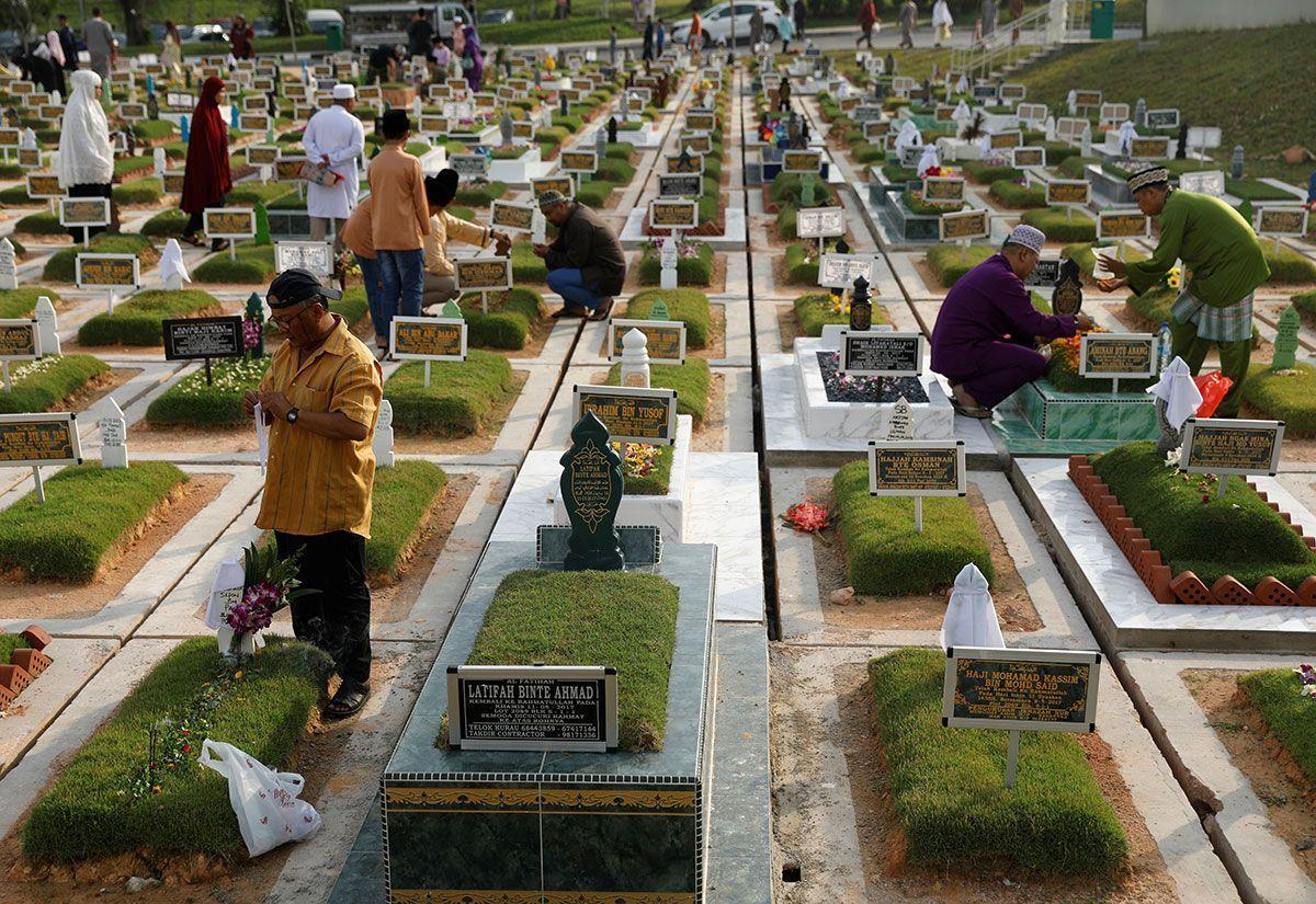 Muslims visit graves of their loved ones in Singapore.jpg