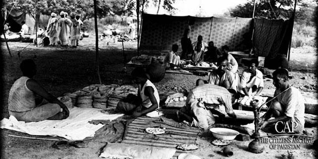 people-cook-rotis-in-bulk-for-the-refugees.