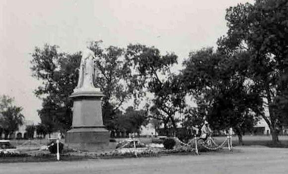 Queen-Victorias-Statue-Rawalpindi-1939.