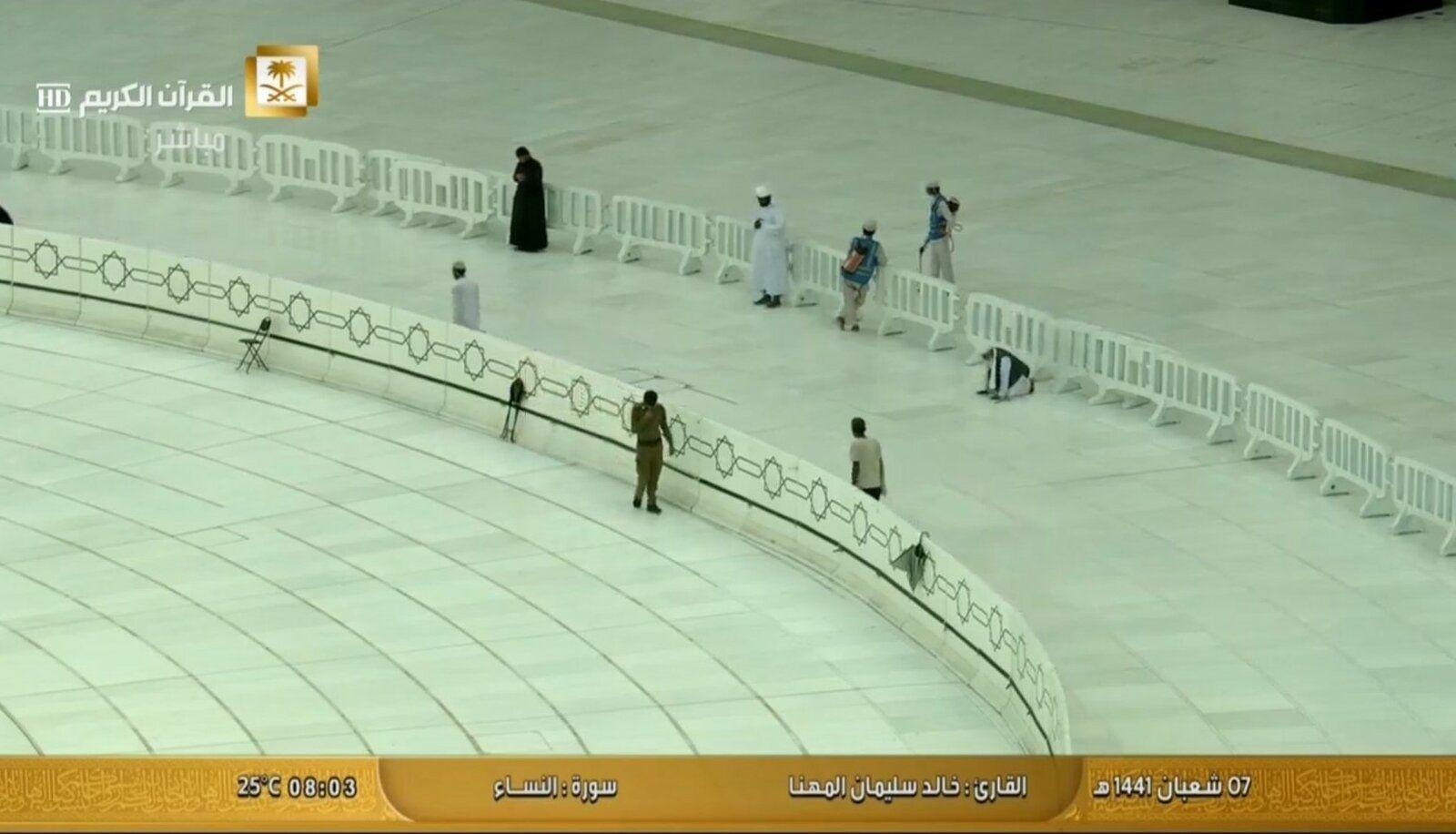 Tawaaf resumes on Mutaaf 2.jpg