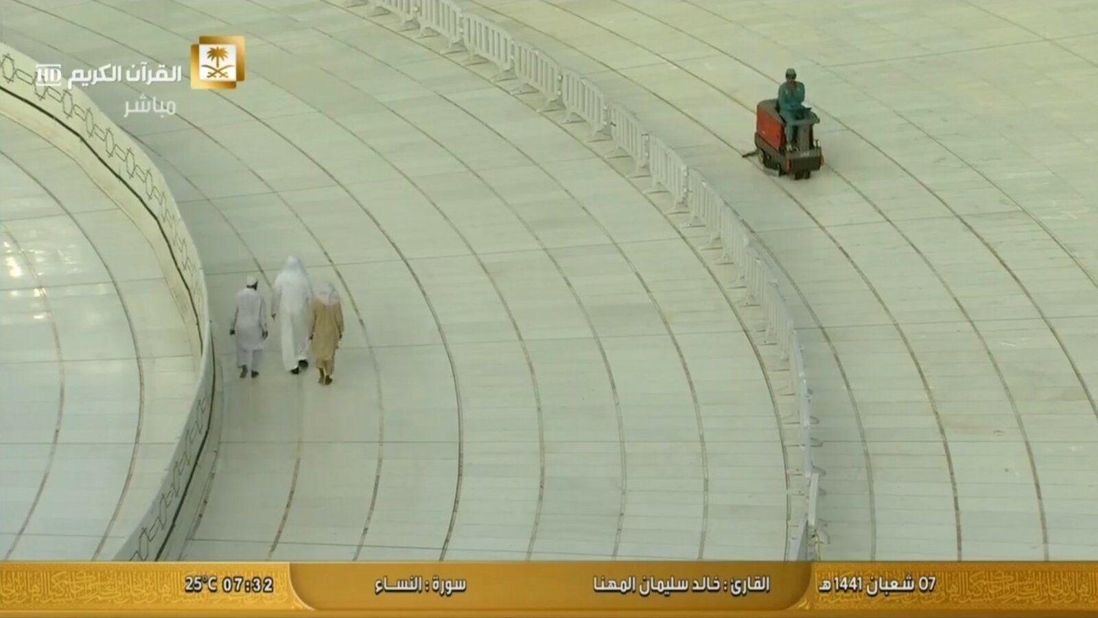 Tawaaf resumes on Mutaaf 4.jpg